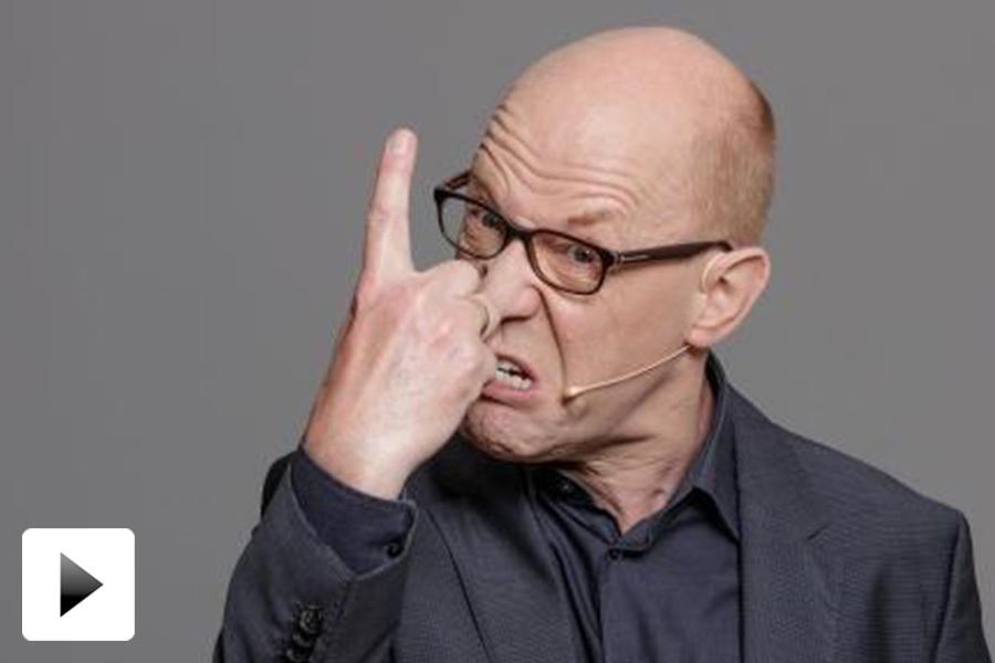 Lutz Herkenrath spielt als Vortragsredner einen wütenden Stewart